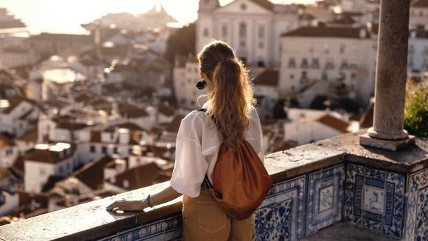 Frau Blick über Stadt